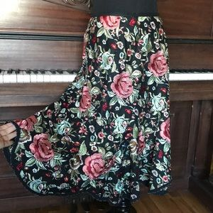 Embroidered floral pattern skirt